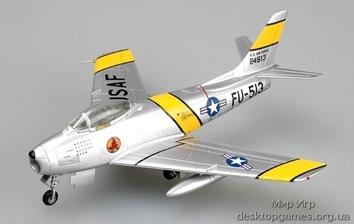 Собранная модель самолета Норт Американ F-86 «Сейбр»