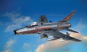 Масштабная модель самолета F-100 D Super Sabre