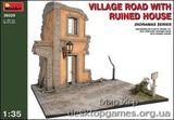 Деревенская дорога с разрушенным домом